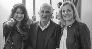 Mostra Pino Ninfa. Il gallerista Francesco Rovella con due visitatrici (3/2014)